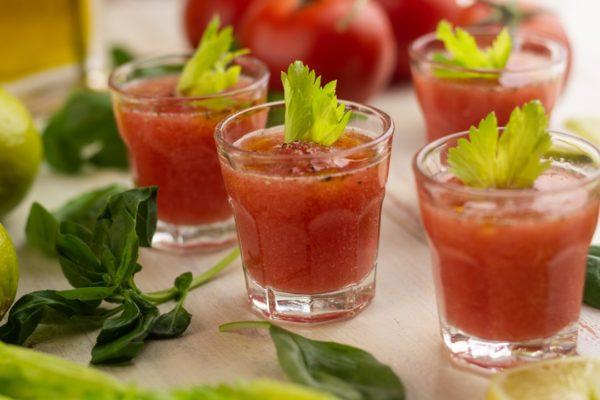 gazpacho con pomodoro in bicchierini di vetro